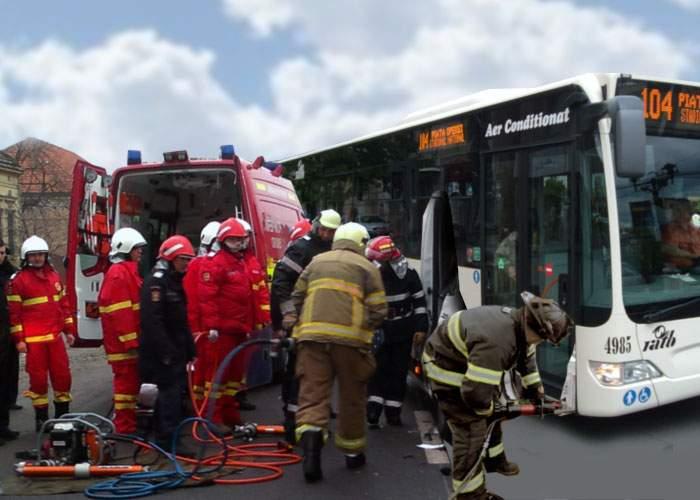 SMURD a fost chemat să descarcereze un pensionar încleștat de bara de lângă ușa dintr-un autobuz RATB