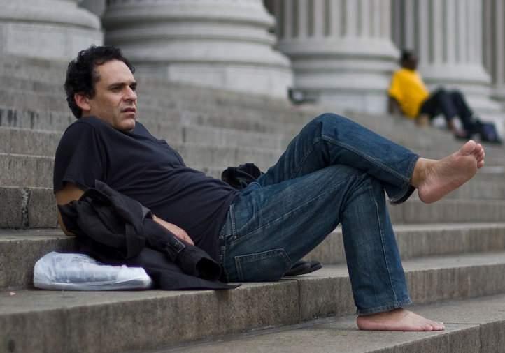 Un bărbat a renunţat definitiv la ciorapi, ca să nu mai fie cicălit de soţie că-i lasă aiurea prin casă