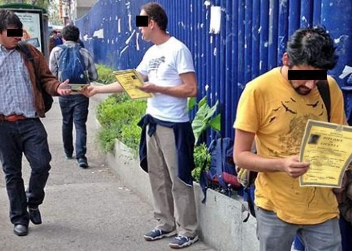 Asta da eficiență! Conducerea Spiru Haret a angajat voluntari ca să împartă diplome pe stradă