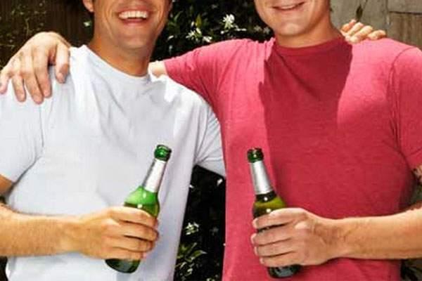 Doi băutori de bere sunt inseparabili, pentru că dacă nu s-ar sprijini unul de altul ar cădea amândoi