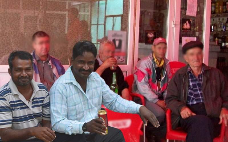Rămași fără job, cei doi srilankezi beau la birt cu ceilalți 2000 de șomeri din Ditrău