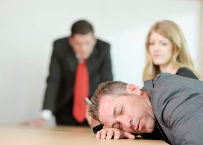 Un corporatist crede că l-a înţepat musca ţeţe pentru că adoarme la toate şedinţele