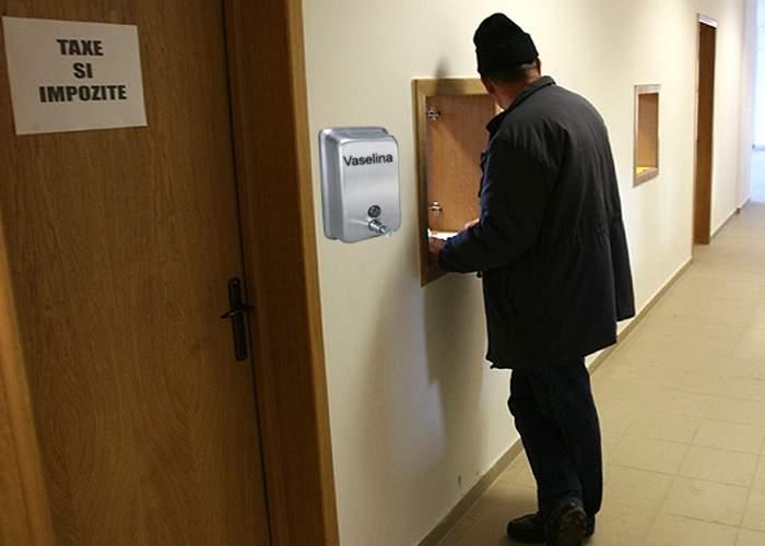 Pentru ca românii să nu simtă prea tare taxele, Guvernul pune dozatoare de vaselină în sediile ANAF