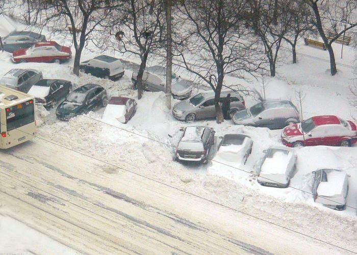 Drumarii, luaţi prin surprindere de zăpada căzută în Capitală: erau la birou, nu la cabana Bâlea