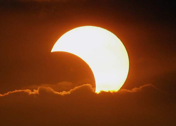 Eclipsă tipic românească! Astronomii spun că şi la noi trebuia să fie totală, dar s-a furat