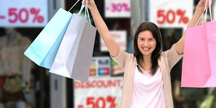 Motorul economiei! Româncele strâng lunar mii de euro din reducerile de la haine şi pantofi