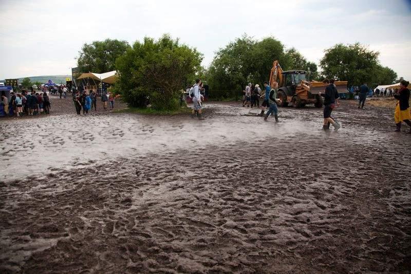 15.000 de hipsteri s-au înscris în partidul lui Cioloş, după ce a promis că anul ăsta n-o să plouă la Electric Castle