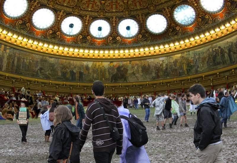 """Noul Electric Castle! Ca să vină şi tinerii la """"Enescu"""", în sala mare a Ateneului se va turna noroi"""