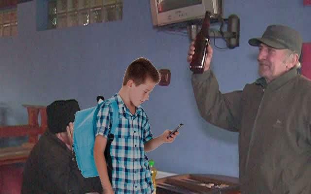 """Elevii, nederanjaţi de interzicerea telefoanelor în şcoli: """"Cât timp nu sunt interzise în cârciumi, nu ne afectează"""""""