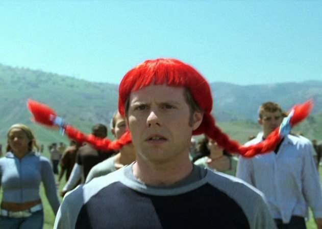 Mii de elevi s-au dus azi cu peruci la şcoală, sperând să fie daţi şi ei afară că au părul lung