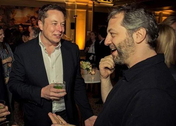 În cinstea lui Elon Musk, mulţi români se fac rachetă în seara asta