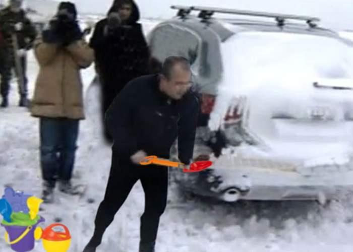 Poza zilei: Emil Boc şi-a luat lopeţica şi găletuşa şi a curăţat zăpada de pe A1