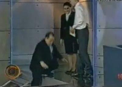 """Emil Boc îl contestă pe Newton: """"Nu am căzut în cap din cauza gravitaţiei"""""""