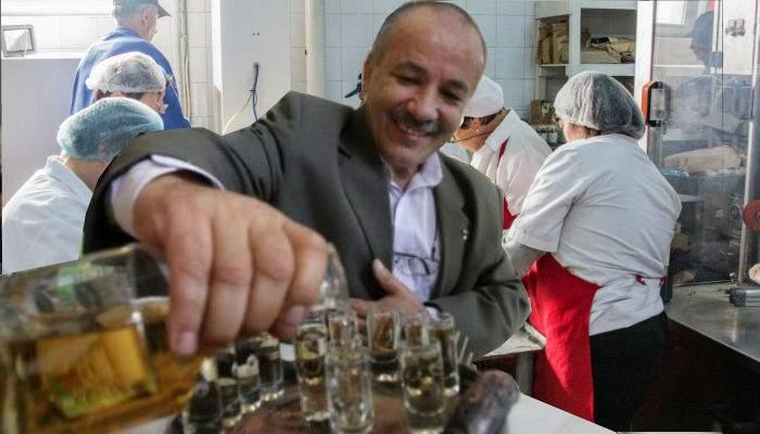 Angajaţii de la fabrica de magiun din Bihor nu s-au abţinut nici anul acesta şi au făcut pălincă din toate prunele