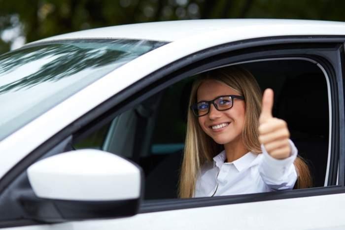 Femeile vor primi numere de înmatriculare roz, ca să fie mai ușor de ocolit în trafic