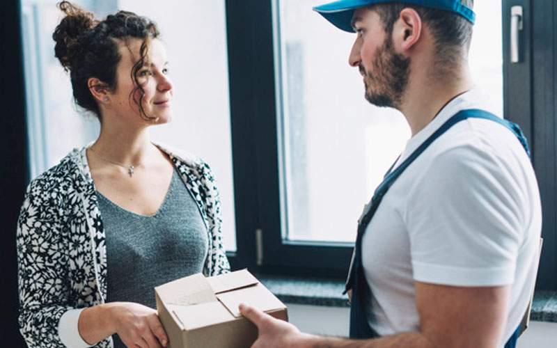 Studiu! Femeile se bucură mai mult când vine livratorul decât atunci când ajunge soţul acasă