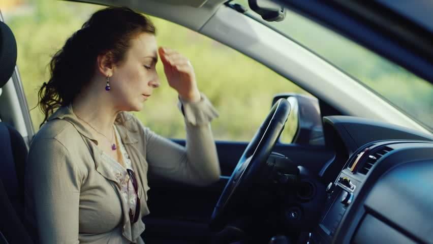 Femeie blocată 3 ore în mașină pentru că și-a pus centura de siguranță la pantaloni