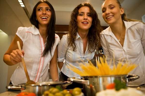 Femeile, obligate să ia lecţii de gătit pentru a preveni violenţa domestică