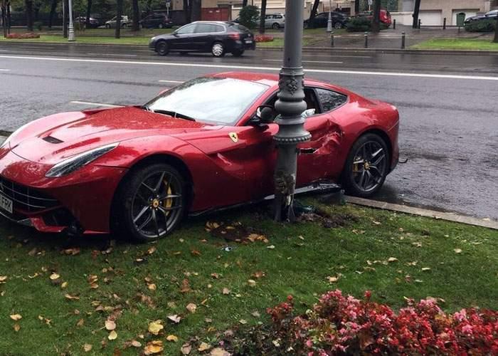 Ghinion pentru cocalarul cu Ferrari de 250.000 de euro! A distrus un stâlp care a costat 6 milioane de euro