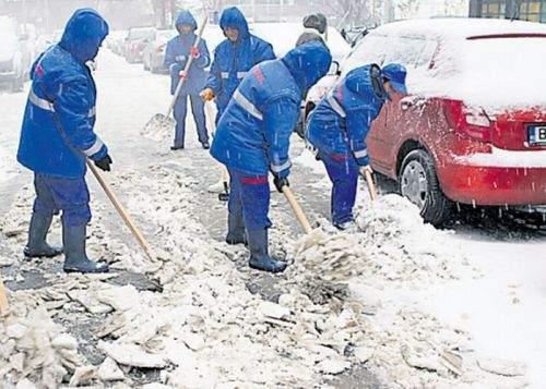 Firma lui Videanu schimbă gheaţa de pe trotuarele bucureştene cu alta mai rezistentă