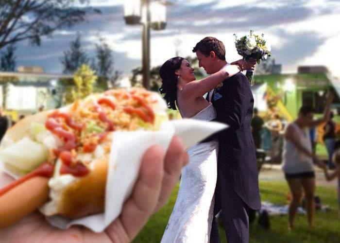 Ingenioși! Ca să fie siguri că vine lumea la nunta lor, doi tineri au anunţat că organizează un food truck festival