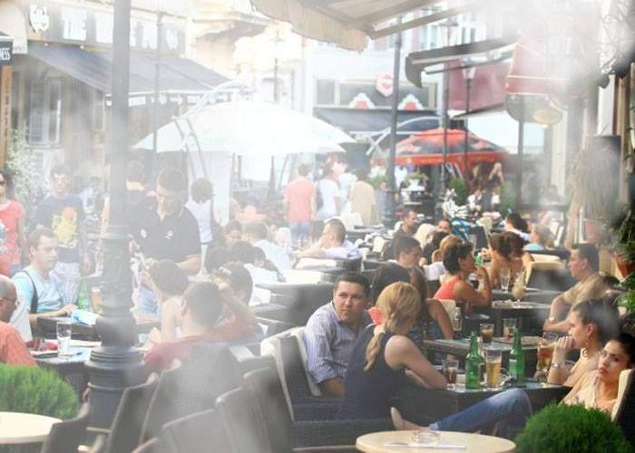 S-au deschis terasele! Românii fumează ţigară de la ţigară, că nu se ştie când se face iar frig