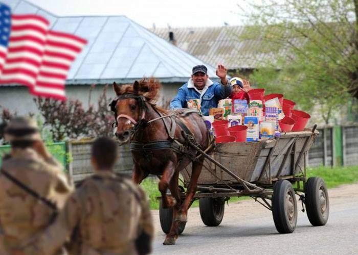 Auzind că la ei sunt alegeri, sătenii din Deveselu le-au dus soldaţilor americani găleţi şi făină