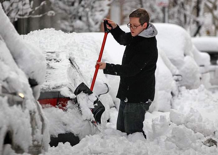 Gentleman! După ce a deszăpezit din greşeală maşina altuia, a pus zăpada la loc şi şi-a cerut scuze