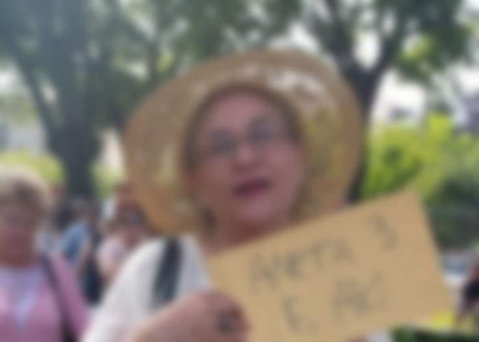 Foto: Maria Grapini, surprinsă la plimbarea Antena 3 cu o pancartă creaţie proprie