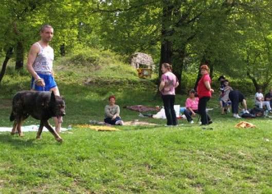În weekend, mulţi români au ieşit la iarbă verde doar ca să ducă gunoiul