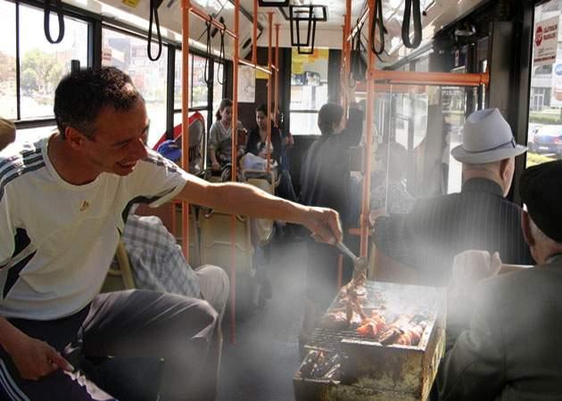 Au devenit chiar nesimţiţi! Pensionarii au agresat un cetăţean care făcea un grătar în autobuz
