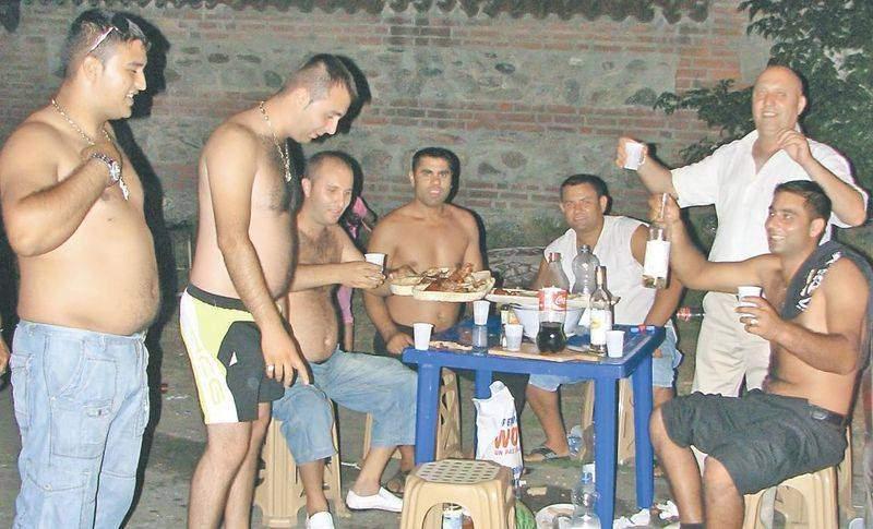 De Ziua Regelui, românii s-au dus în fața palatelor țigănești, ca să primească mici și bere gratis