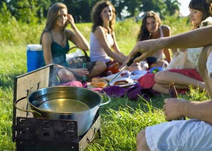 Românii merg la pădure ca să încălzească apă la grătar