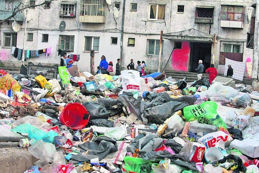 Tradiții! În sectorul 5 a demarat popularul concurs de aruncat gunoiul pe geam