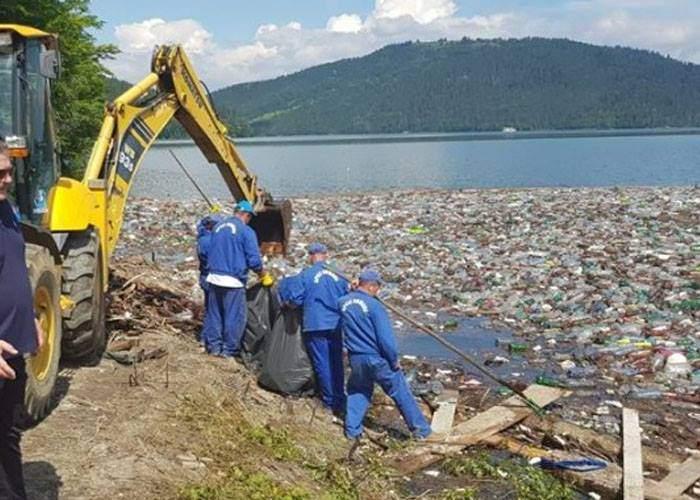 Neştiind ce să facă cu gunoaiele din lacul Bicaz, autorităţile le-au aruncat în lacul Vidraru