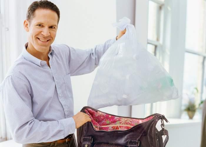 Un bărbat n-a mai dus gunoiul de 10 ani. Îl aruncă în poşeta soţiei şi nu-l mai găseşte niciodată