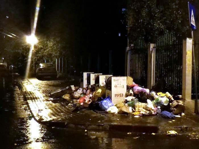 Criza gunoaielor, dezastru pentru bărbaţii din Sectorul 3! Acum, nevestele îi pun să ducă gunoiul în sectoarele vecine