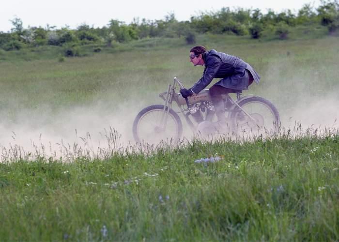 Documentar despre Harley&Davidson, filmat în România, că doar noi mai avem drumuri ca în 1903