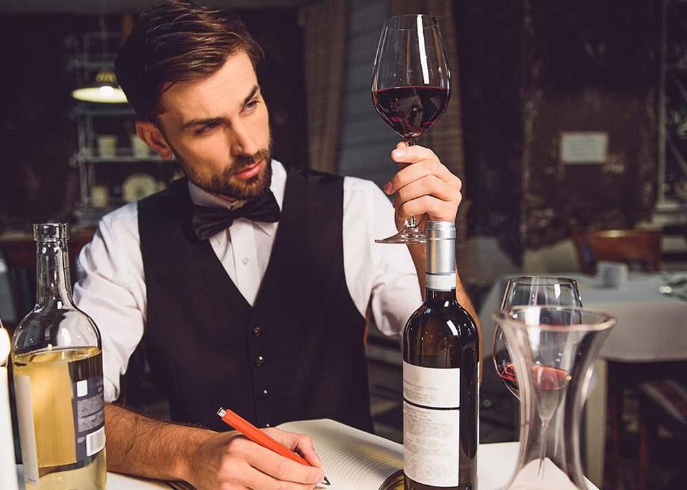 Ruşine! Se dă somelier, dar nu ştie să deschidă un vin cu pantoful, la perete!