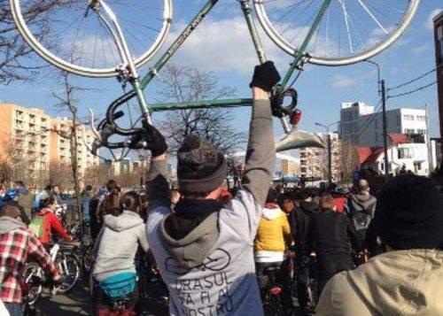 Este oficial! Hipsterii sunt obligaţi să-şi treacă bicicletele la cauciucuri de vară