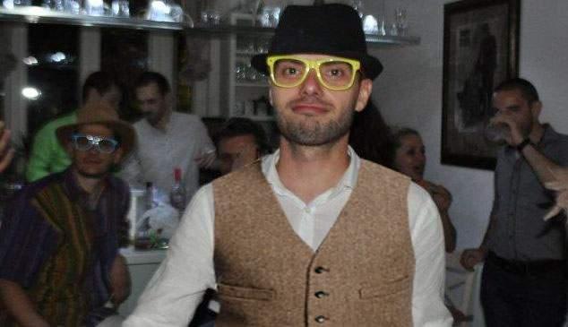 A spart gheața! Victor R. este primul bărbat cu vestă și pălărie care și-a pierdut virginitatea