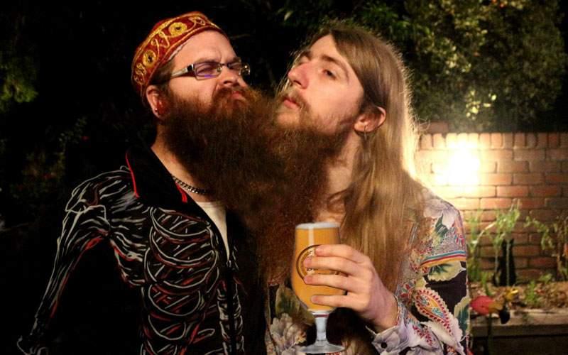 Doi hipsteri au rămas cu bărbile încâlcite după ce au băut din aceeaşi bere artizanală