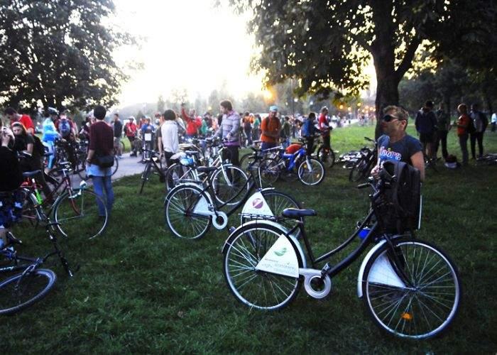 Hipsterii cer legalizarea căsătoriilor dintre om şi bicicletă