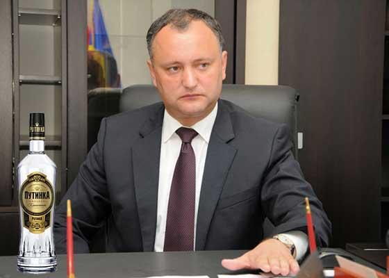 Mandatul lui Dodon, invalidat. Președintele Moldovei nu a reușit să bea toată sticla de vodcă dintr-o gură