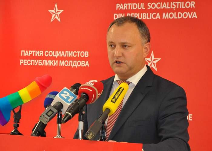 Impostor! Deși se declară anti-gay, comunistul Igor Dodon îi dă limbi în cur lui Putin în fiecare zi