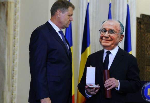 Iohannis i-a retras decoraţia lui Tőkés László şi i-a dat-o lui Iliescu de ziua lui