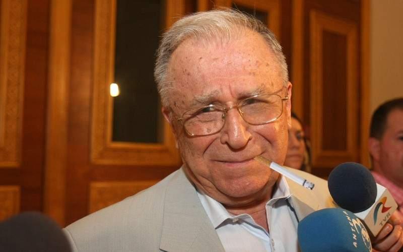 Iliescu s-a apucat de fumat, semn că abia își începe adolescența