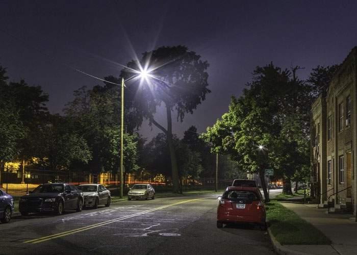 Prima stradă din lume iluminată cu telefoane furate, inaugurată azi la Brăila
