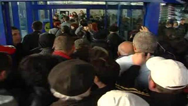 Mii de craioveni s-au călcat în picioare într-un hypermarket, ca să cumpere săbii ninja la promoție