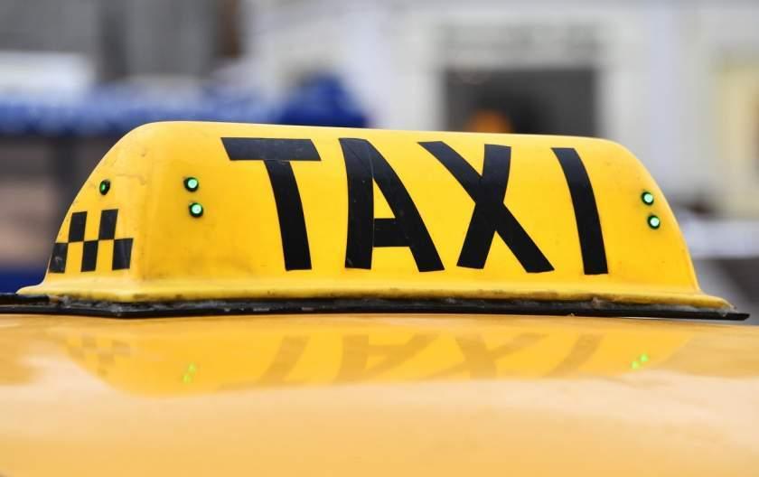 Un taximetrist care a luat pe capotă un cetăţean i-a cerut bani pentru cursa de 10 metri